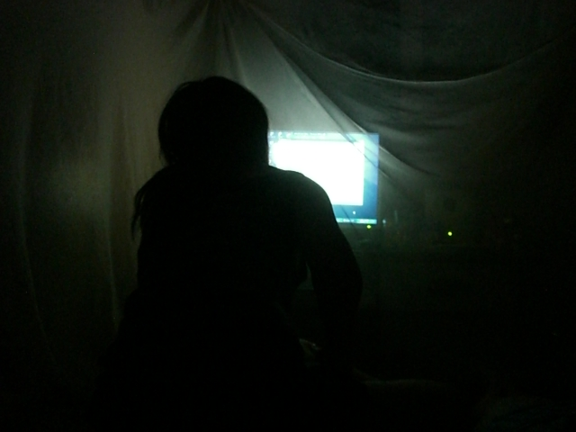 暗闇の中でPC 目の酷使にご注意ください